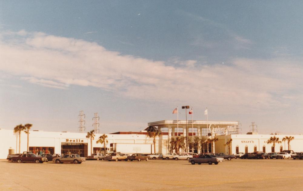 Galvez_Mall_Entrance_1987.jpg